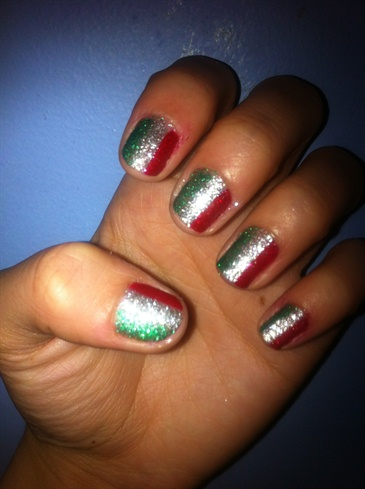 Итальянский флаг на ногтях