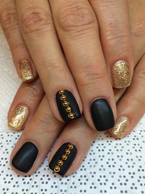 Black matte & Gold Glitter - Nail Art Gallery