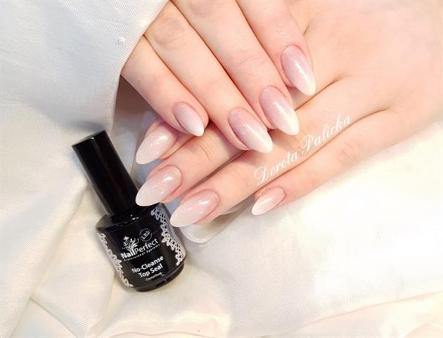 Salon babyboomer almond nails