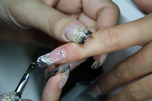 • Apply en Vogue Sealer and complement with en Vogue Austrian crystals. Cure.