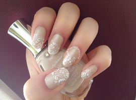a French manicure to welcome spring