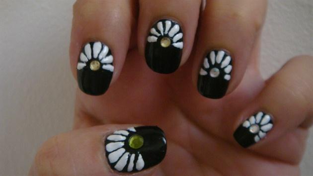 *Daisy* nail art design