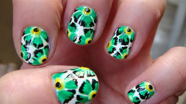 Green flowers nail art design