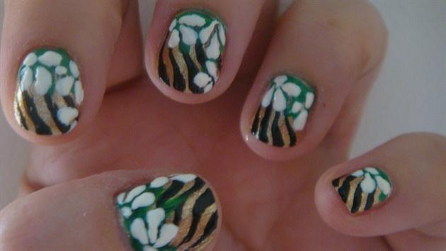 Flower jungle nail art design