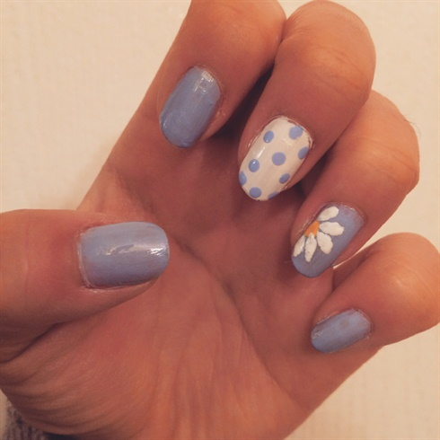 simple daisy  nail art gallery