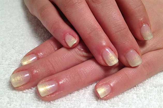 Pearly yellow ombre gel nail
