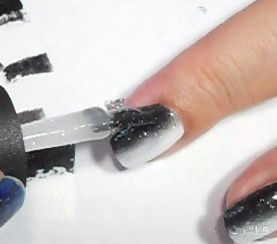 Apply a glitter polish - Aplica un esmalte escarchado
