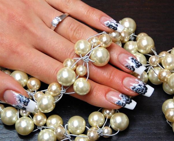 One-Stroke Black & White nail art