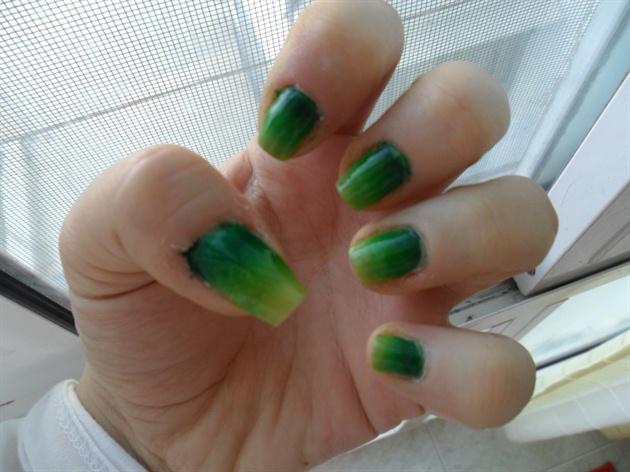 Gradient green nails