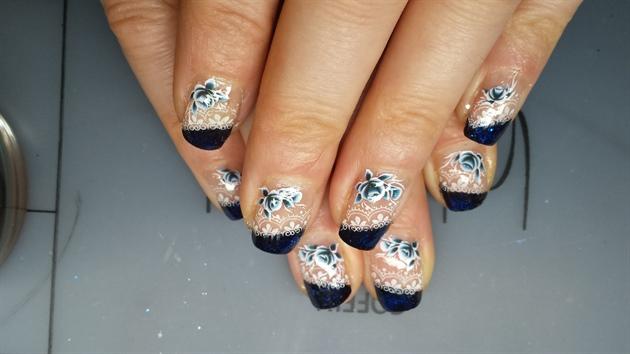 blaues Frenchdesign mit Blumendekor