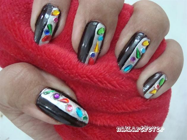 Elegant jewelled nails !