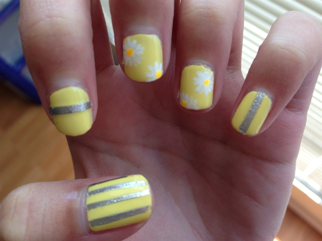 Pastel Yellow Spring Daisy Nails