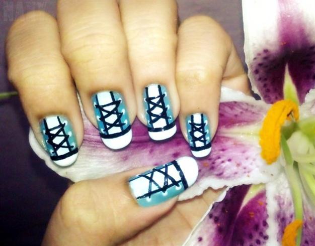 Рисунок кед на ногтях
