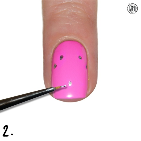 Take Orly Dazzle and a thin nailart brush. Paint five dots that will be the base for the diamond contour.